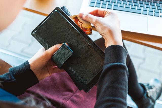 peněženka a kreditní karta.jpg