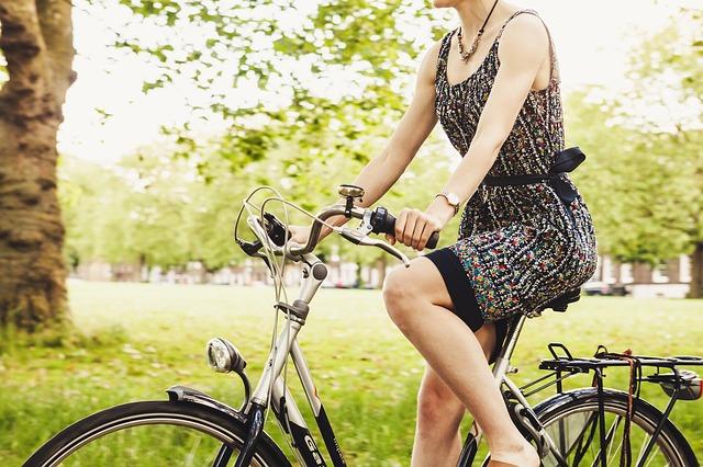 žena na kole.jpg