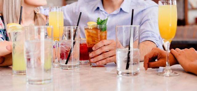 koktejly na stole