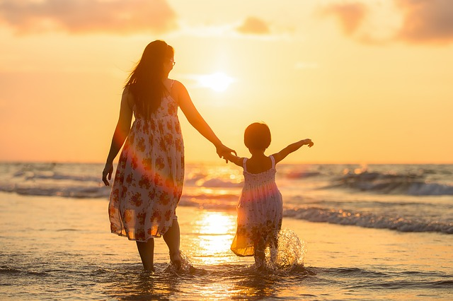 mamka s holčičkou na pláži