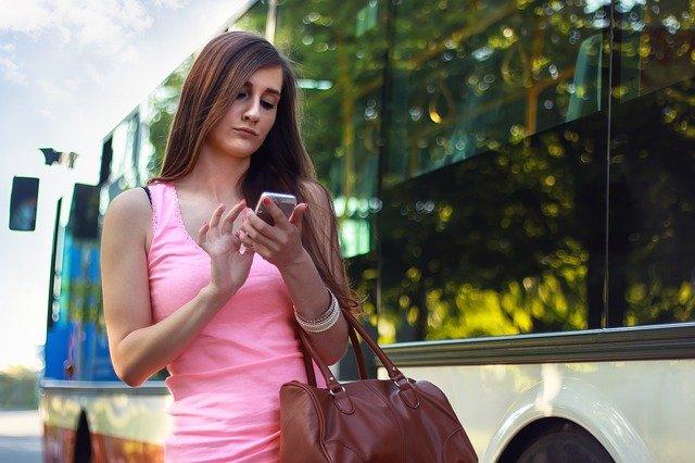 dívka u autobusu