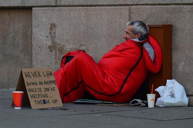 bezdomovec ve spacáku