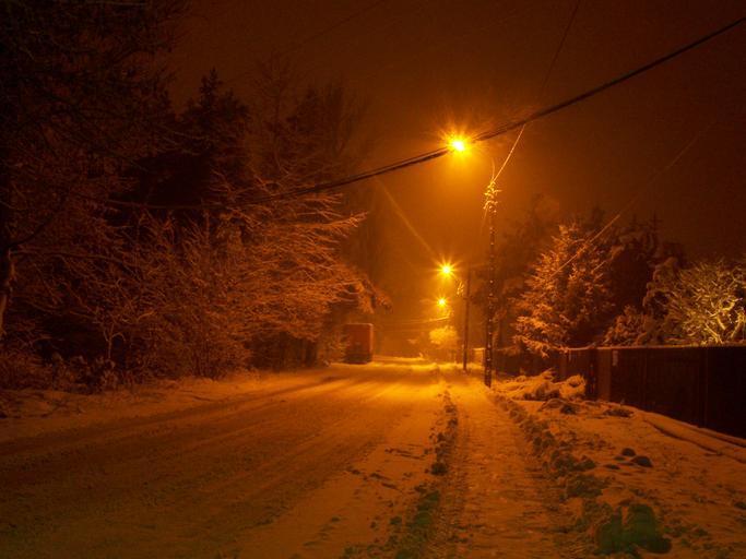 noční ulice osvětlená sodíkovými lampami
